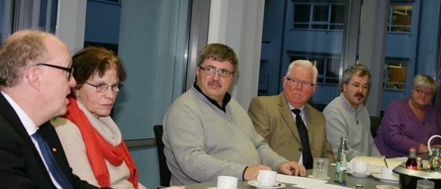 Rede und Antwort stand der Landtagsabgeordnete Dr. Stephan Siemer (links) im Beirat der Menschen mit Behinderungen im Vechtaer Kreishaus.