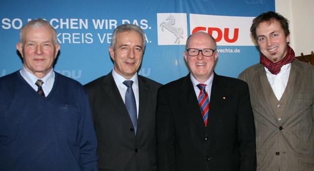 Dr. Stephan Siemer  und Egon S. Müller (links)  begrüßten zur Senioren-Veranstaltung in Mühlen Sachsens Ministerpräsidenten Stanislaw Tillich (2.v.l) und den Kabarettisten Klaus Finsterhölzl (rechts).
