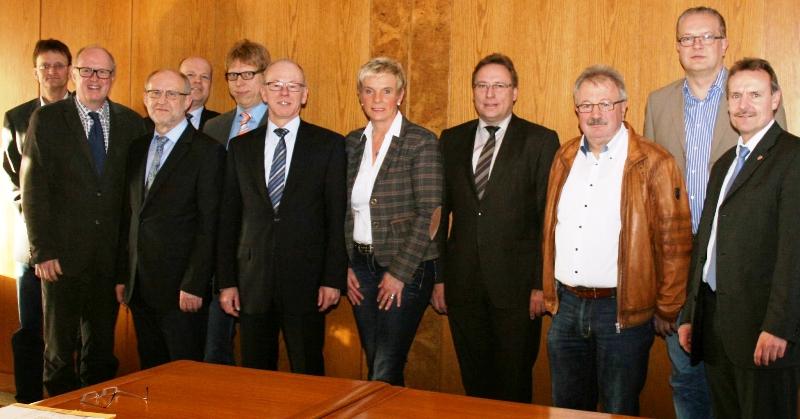Die Vertreter der Städte und Gemeinden, des Landkreises  und der Gemeinde Rieste (Landkreis Osnabrück) ließen sich in Steinfeld über Planungen und Vorgehensweisen zur Sicherung von Bahnübergängen von Steinfelds Bürgermeisterin Honkomp und Landtagsabgeordn