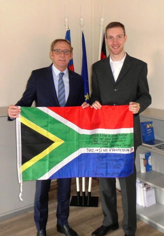 """""""Franz-Josef Holzenkamp und Friedhelm Bruns mit der südafrikanischen Flagge, Abschiedsgeschenk von Bruns' damaliger Gastfamilie"""""""