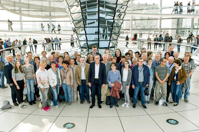 Bild: Besuchergruppe auf der Dachterrasse des Reichstagsgebäudes (© Bundesregierung/Arge GF-BT GbR)