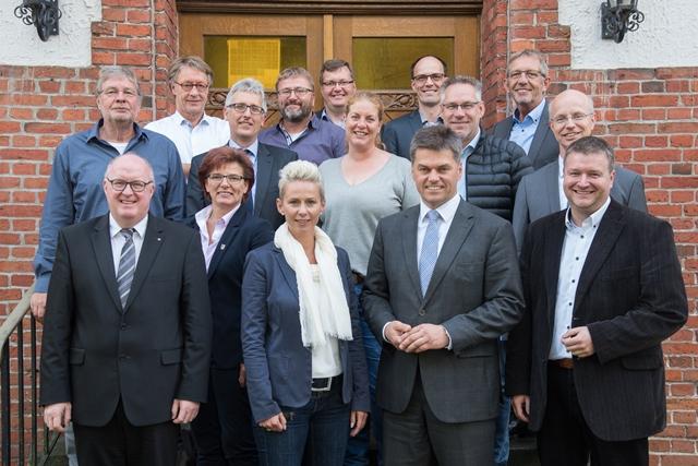 Foto (Hörnemann): CDU-Politiker besuchten die BBS Marienhain. Peter Schulze (5.v.l.) und Stefan Hackmann (1.v.r.) erläuterten ihnen dabei die Auswirkungen des neuen Pflegeberufegesetzes.