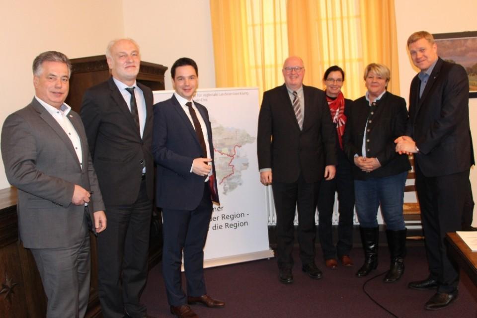 Bild: Behördenchef Franz-Josef-Sickelmann (zweiter von links) empfängt den CDU-Arbeitskreis zur Diskussion über Ansätze zur zukünftigen Förderpolitik im Landesamt für Regionale Entwicklung Weser-Ems in Oldenburg. Mit dabei waren (von links: Carsten Lammer
