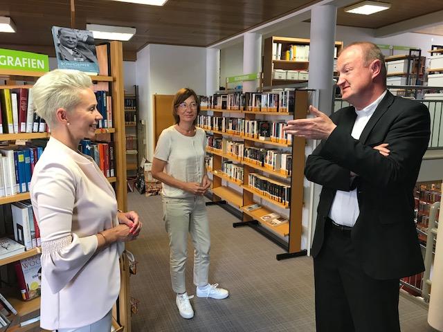 Silvia Breher MdB zu Besuch in der St. Viktor Bücherei mit Pfarrer Heiner Zumdohme und Anja Kramer. (Bilder: Breher MdB)